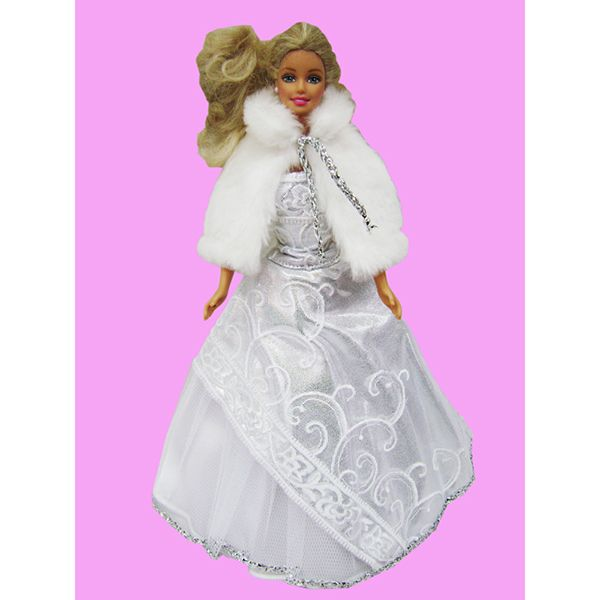 Белое платье с меховой накидкой