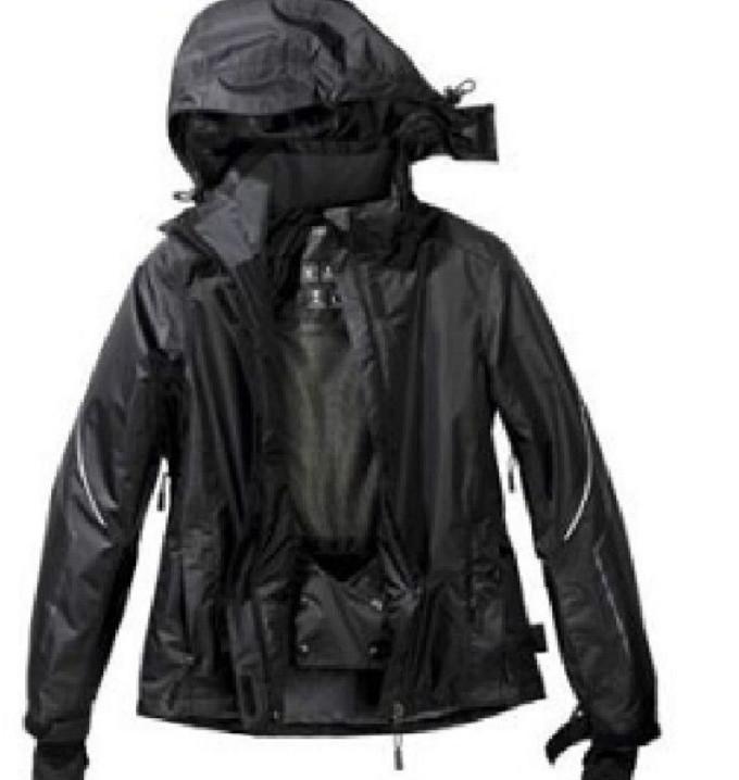 Черная женская куртка на основе мембраны