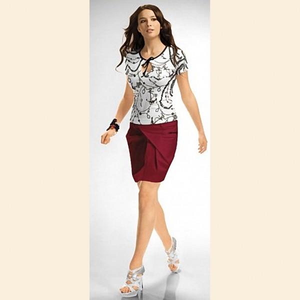 Черно-белая рубашка в сочетании с красной юбкой