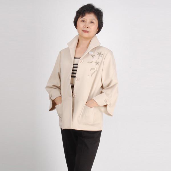 Демисезонное пальто для женщины средних лет