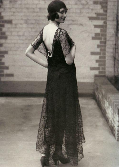 Девушка в длинном платье в стиле ретро 20-30 годов
