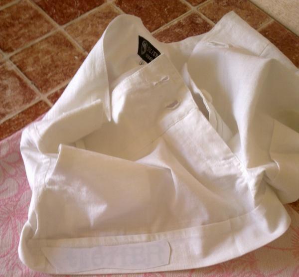 Клеим наклейку на покрытие ткани
