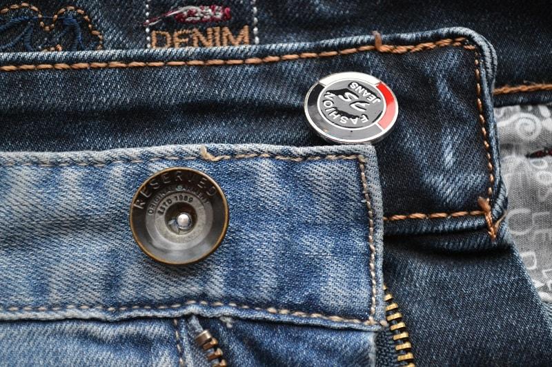 Ножка кнопки в джинсах