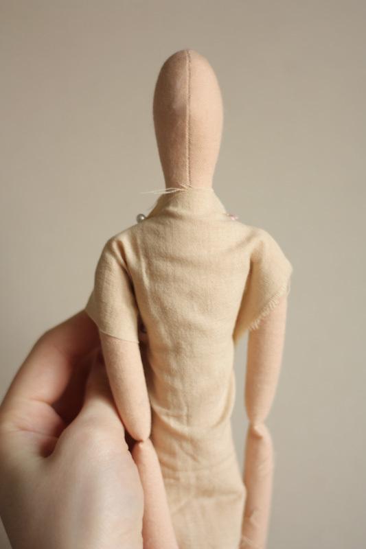 Обтачиваем тканью куклу