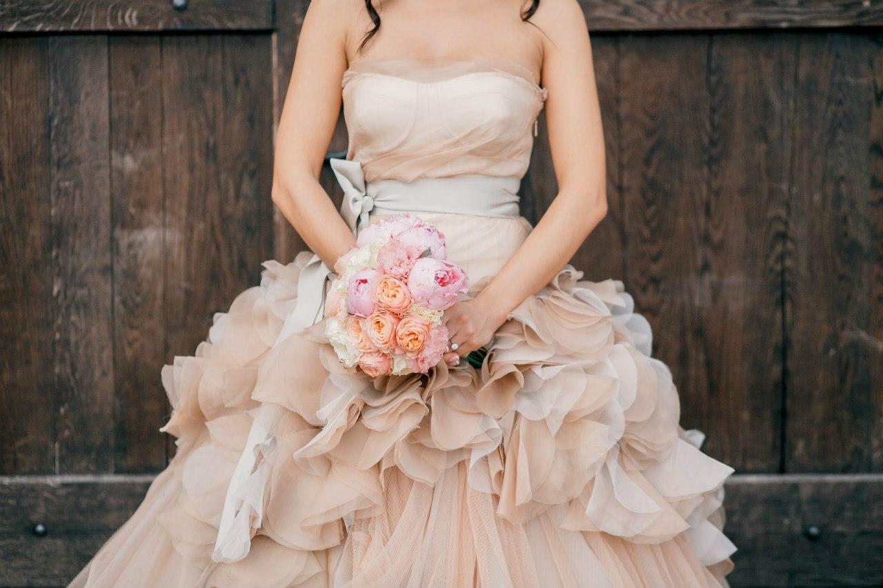 Платье не белого цвета