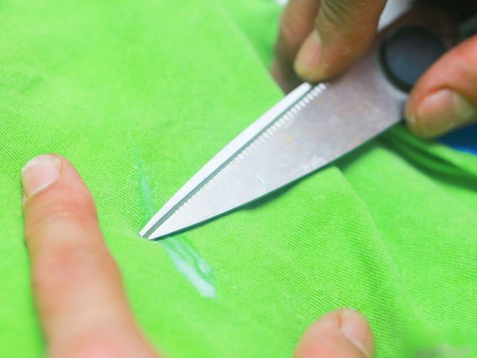Применение ножа для очистки одежды