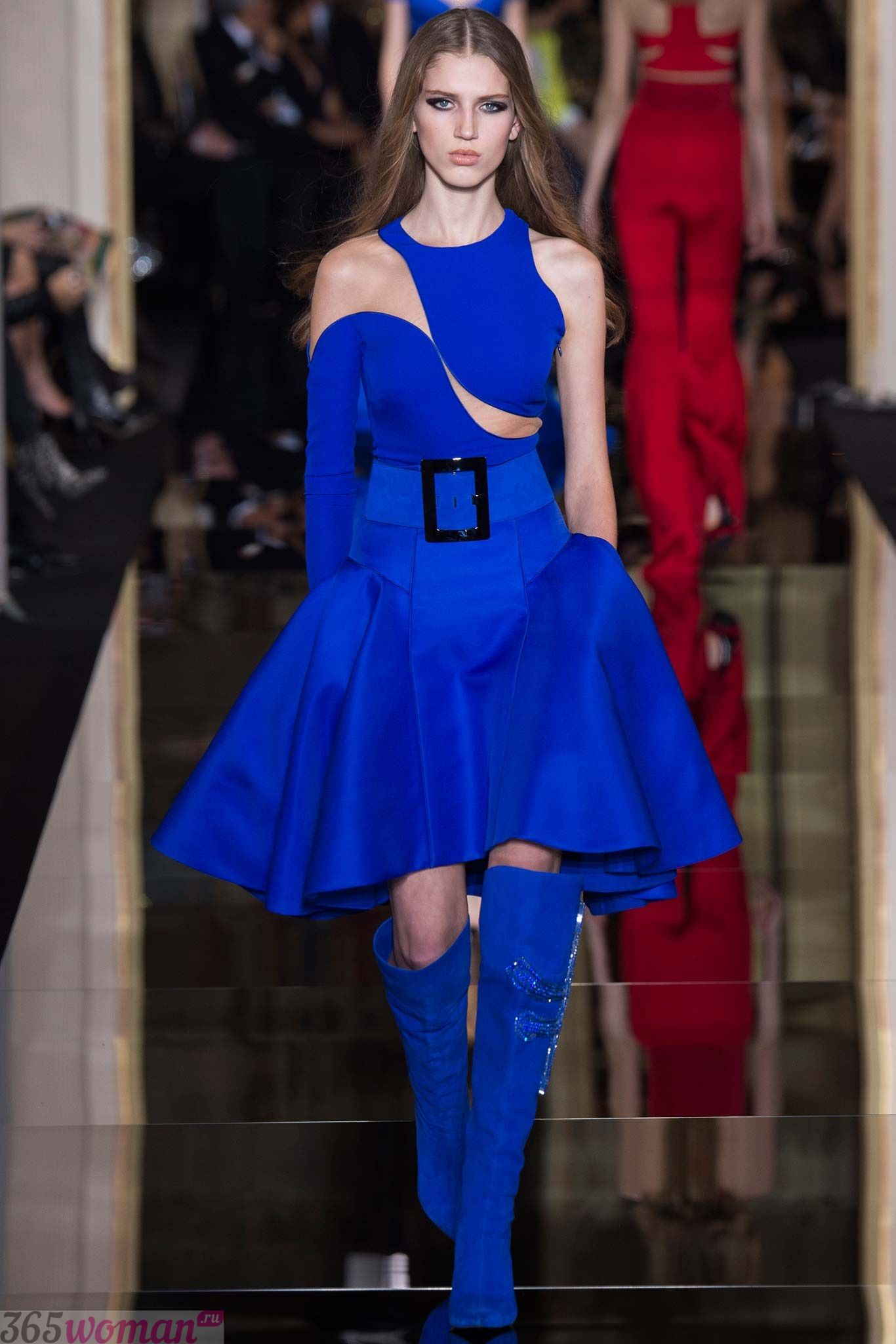 С чем сочетаются оттенки синего цвета в одежде