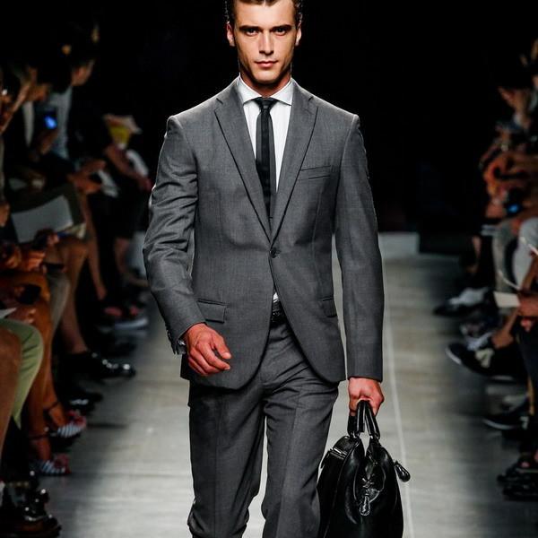 Серый современный костюм для работы