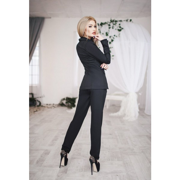 Стильный черный женский костюм