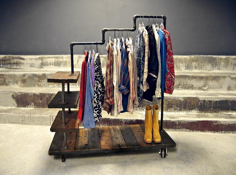 Трехуровневая стойка для одежды из водопроводных фитингов