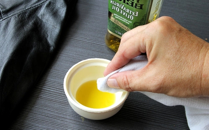 Аккуратно наносим оливковое масло