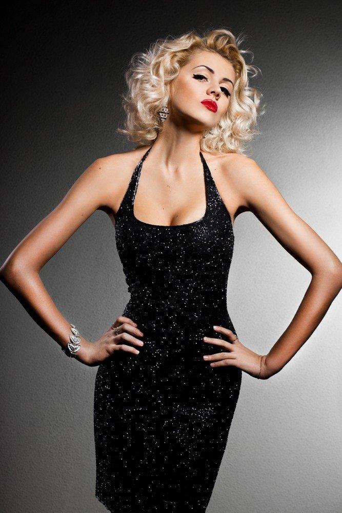 Блондинка в черном платье