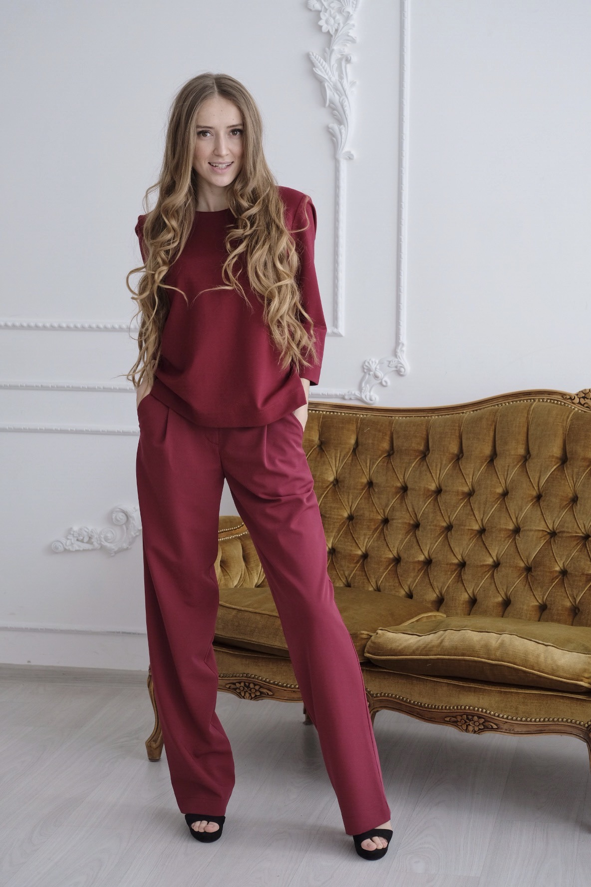 Брючный костюм бордового цвета