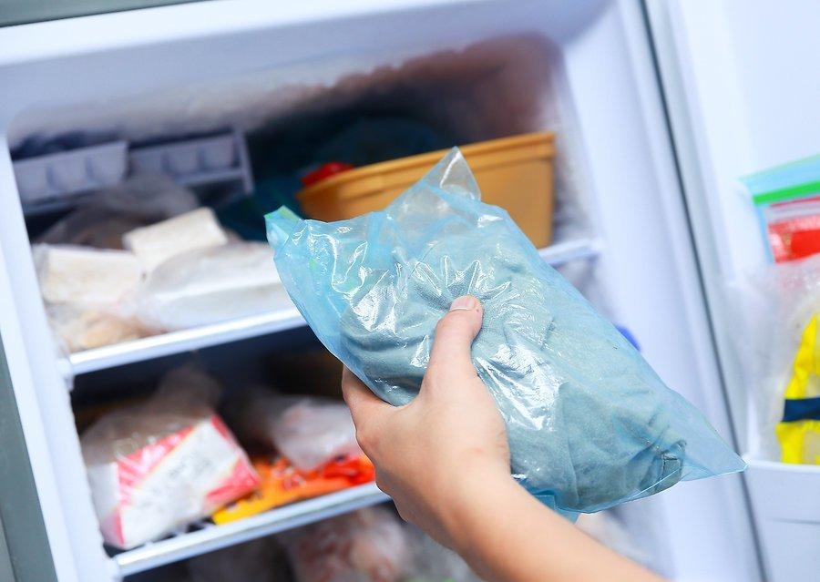 Одежду с жвачкой нужно поместить в морозильную камеру
