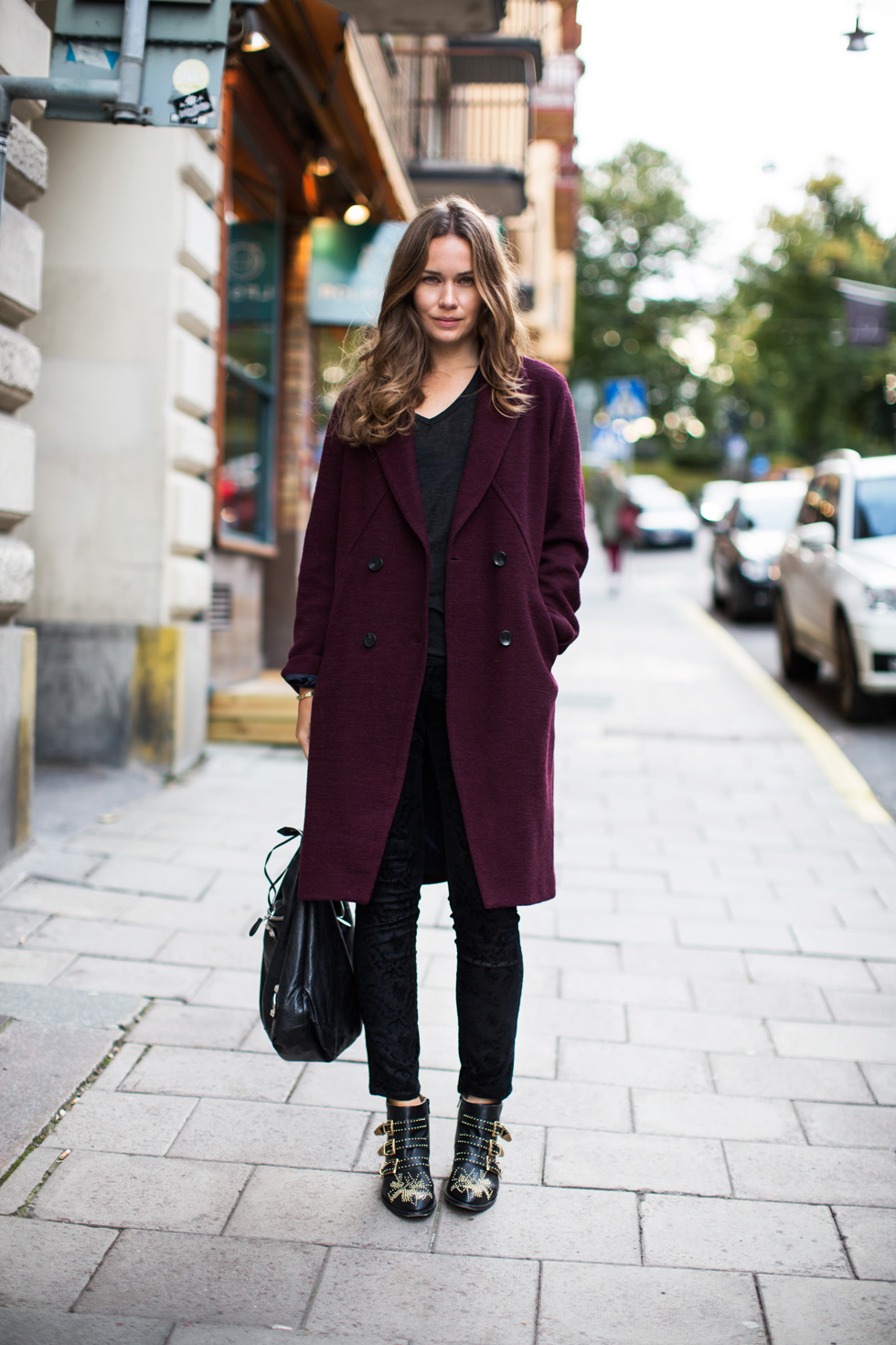Один из стильных и элегантных вариантов верхней одежды в этом цвете – бордовое пальто