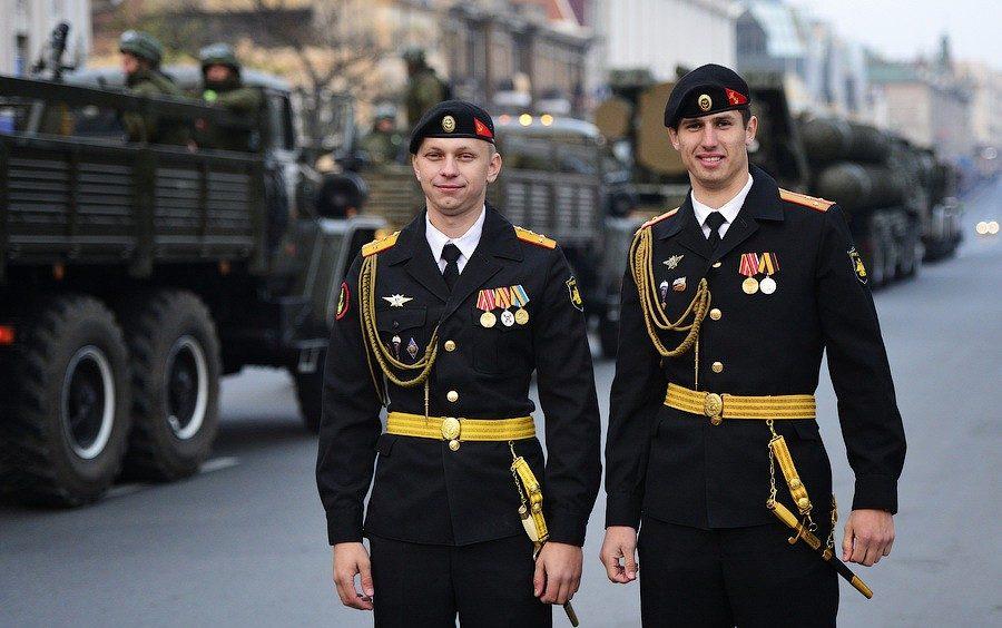 Военнослужащие в парадной форме