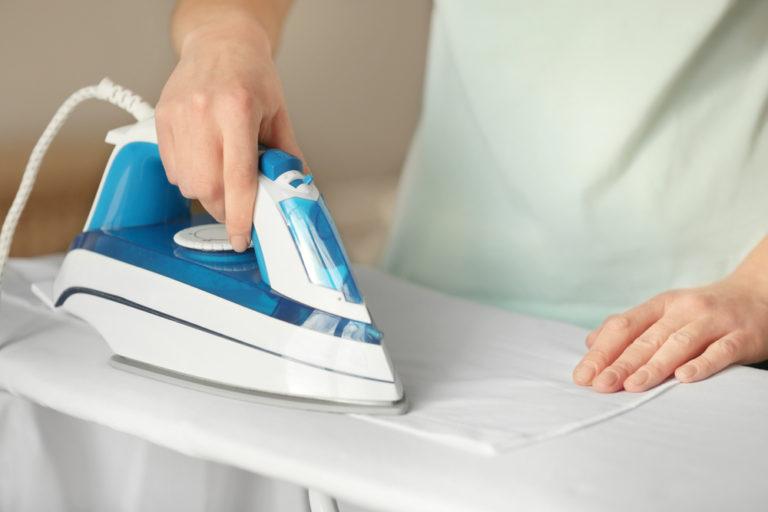 Жвачку нагревают утюгом через бумагу