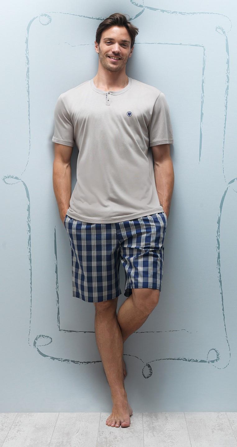 Бежевая футболка и клетчатые шорты