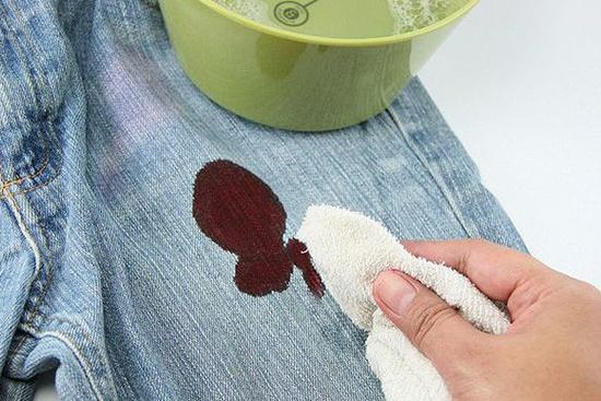 Что поможет отстирать пятна застарелой и свежей крови с цветной и белой одежды