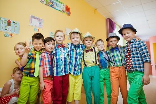 Дети в одежде стиля стиляги