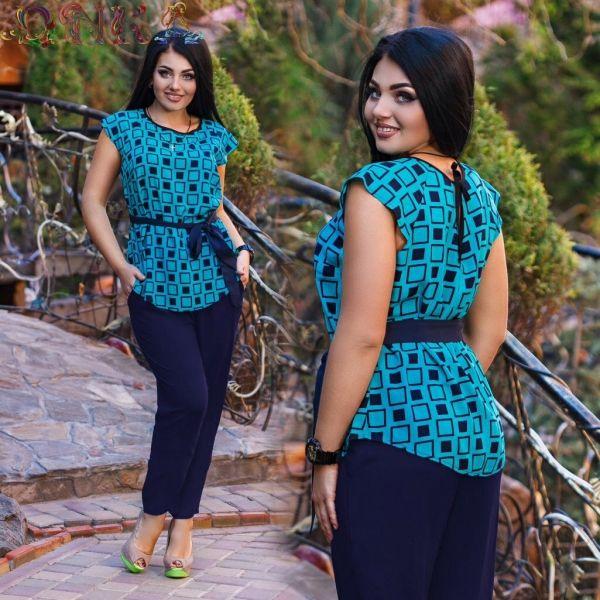 Костюм для женщины синего цвета с поясом