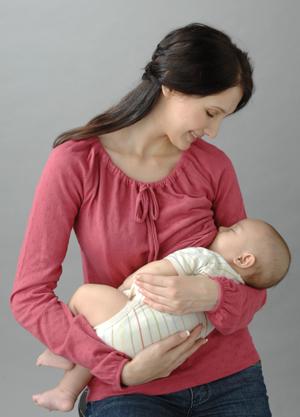 Красивая красная футболка для кормления ребенка