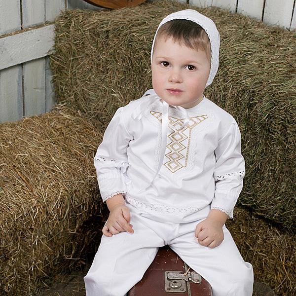 Мальчик в белом костюме