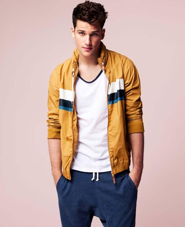 Парень в желтой куртке