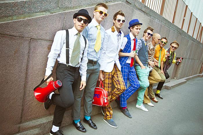 Парни в костюмах стиляг