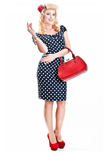 Платье в горошек с красным платьем