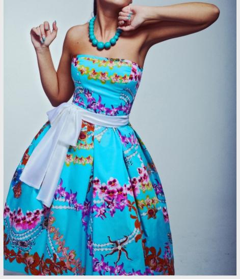 Пышное яркое платье голубого цвета