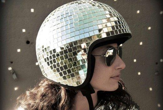 Шлем с блестящими элементами