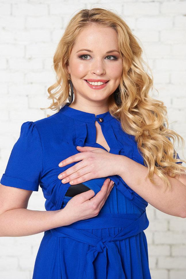 Синее практичное платье для кормящей матери