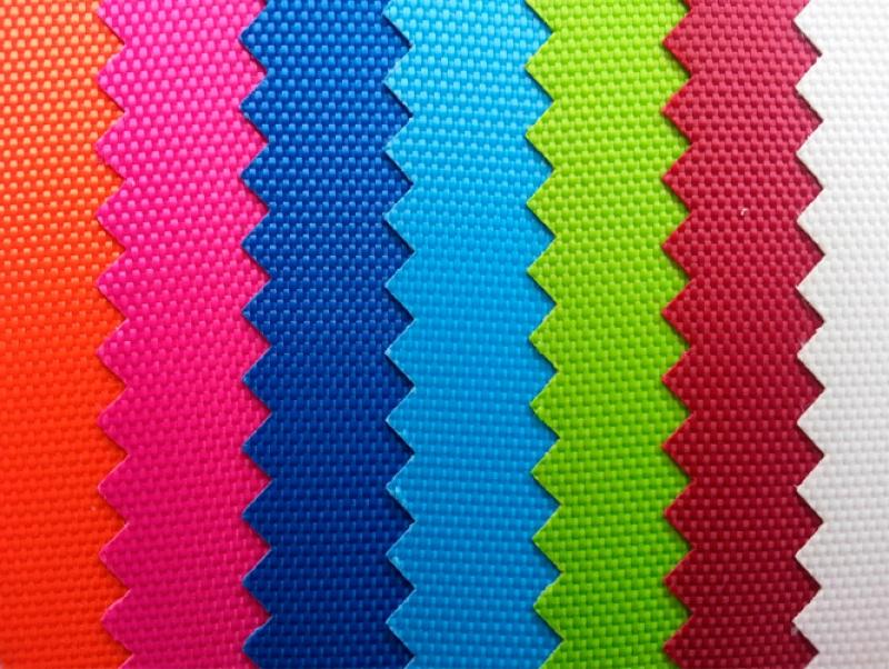 Верхнее покрытие ткани содержит полиуретан