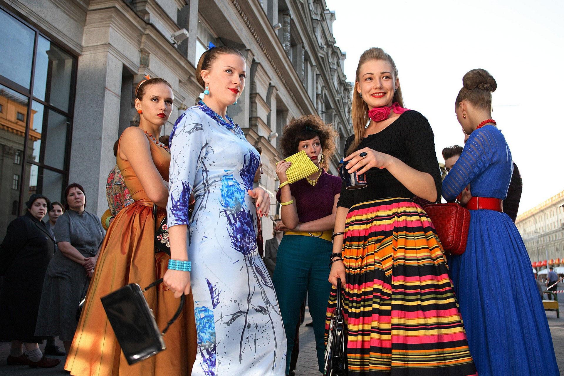 Выбор модной одежды в стильном оформлении
