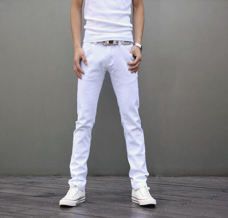 Белая одежда на худом парне