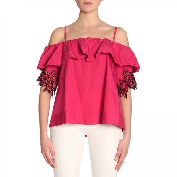 Блузка красного цвета с белыми брюками