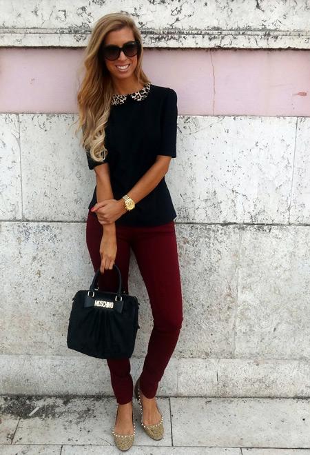 Девушка в черной блузке с коротким рукавом и винных джинсах