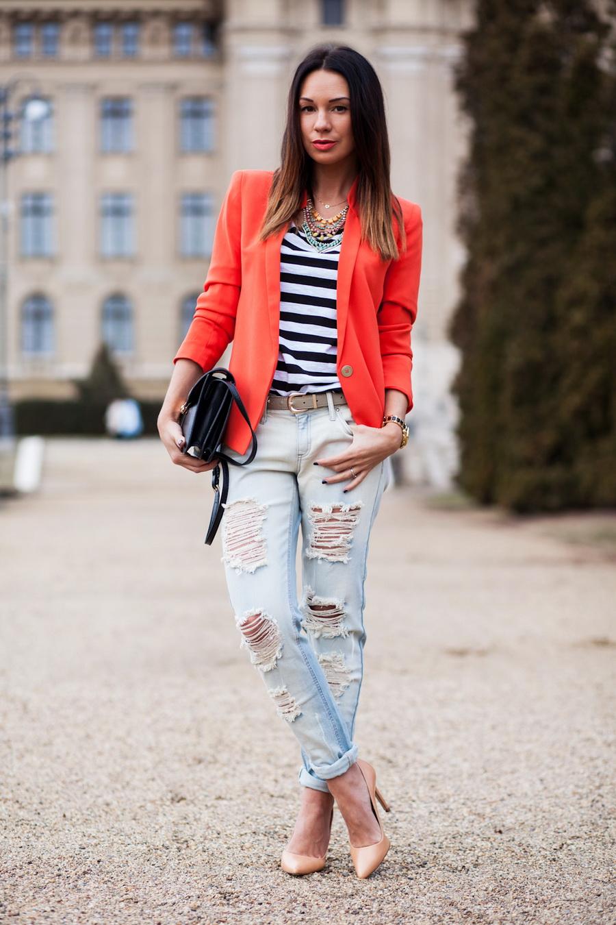 Девушка в рваных джинсах и жакете