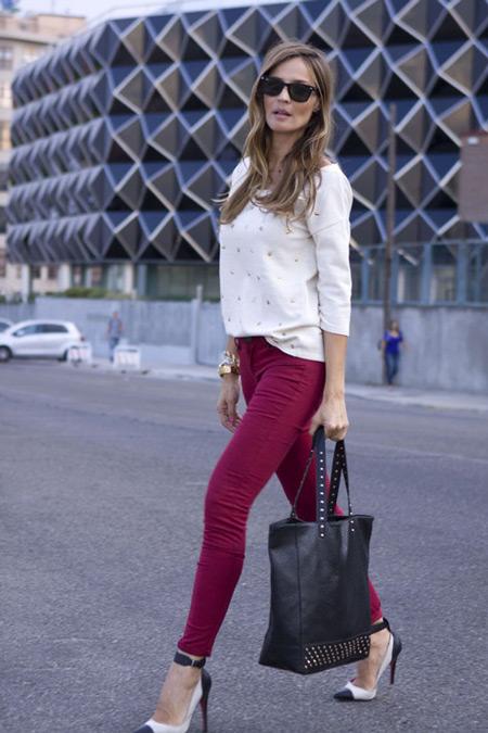 Девушка в туфлях на каблуке и винных джинсах