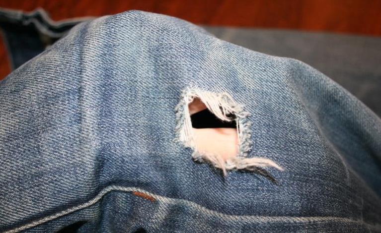 Дырка на джинсах