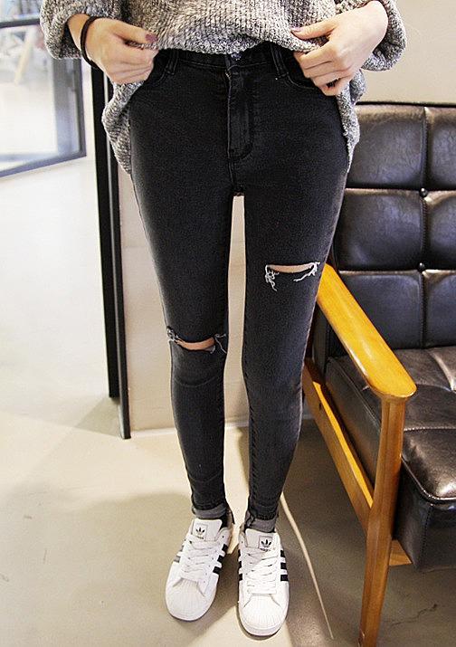 Эффектные черные рваные джинсы
