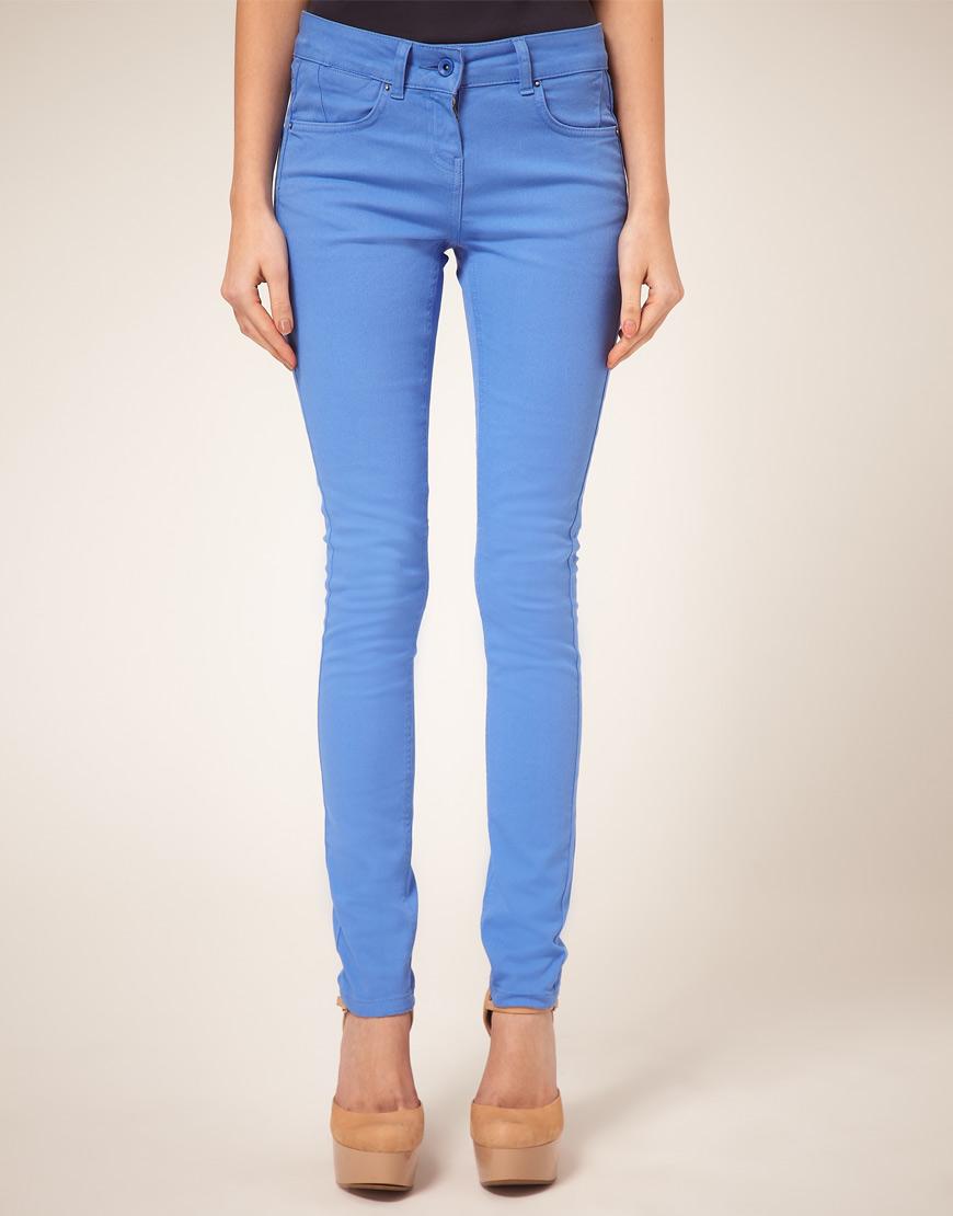 Голубой цвет современной одежды