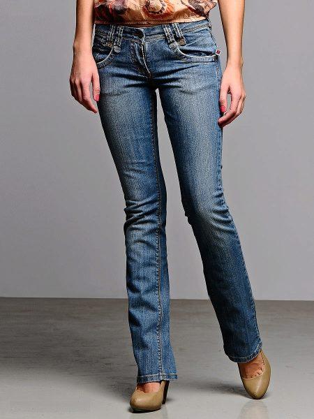 Классическими джинсами считаются прямые