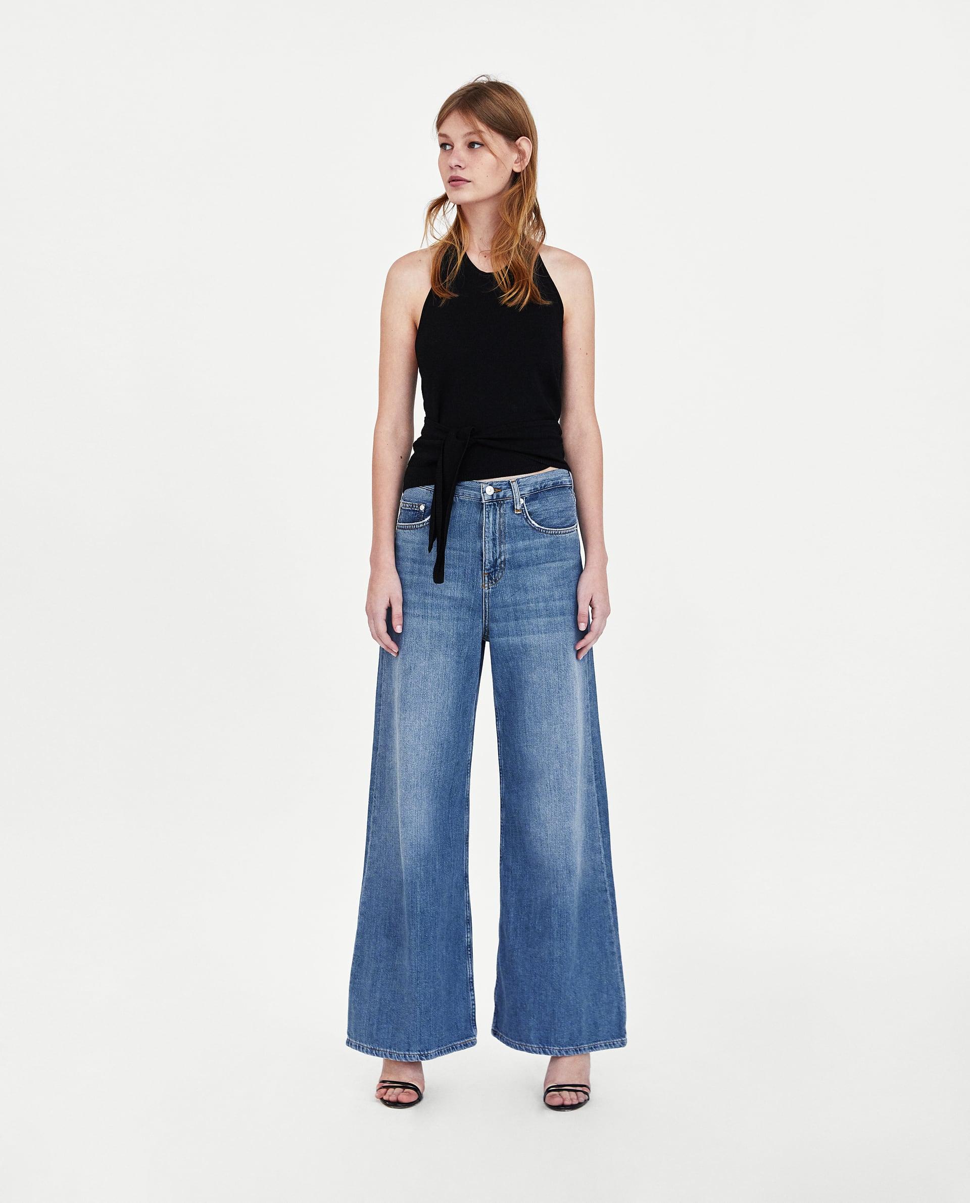 Модель в широких джинсах с завышенной талией