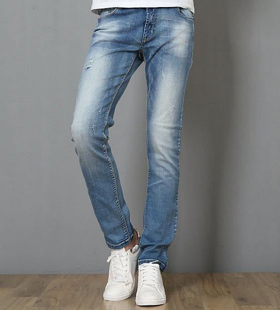 Молодежные прямые джинсы с потертостями