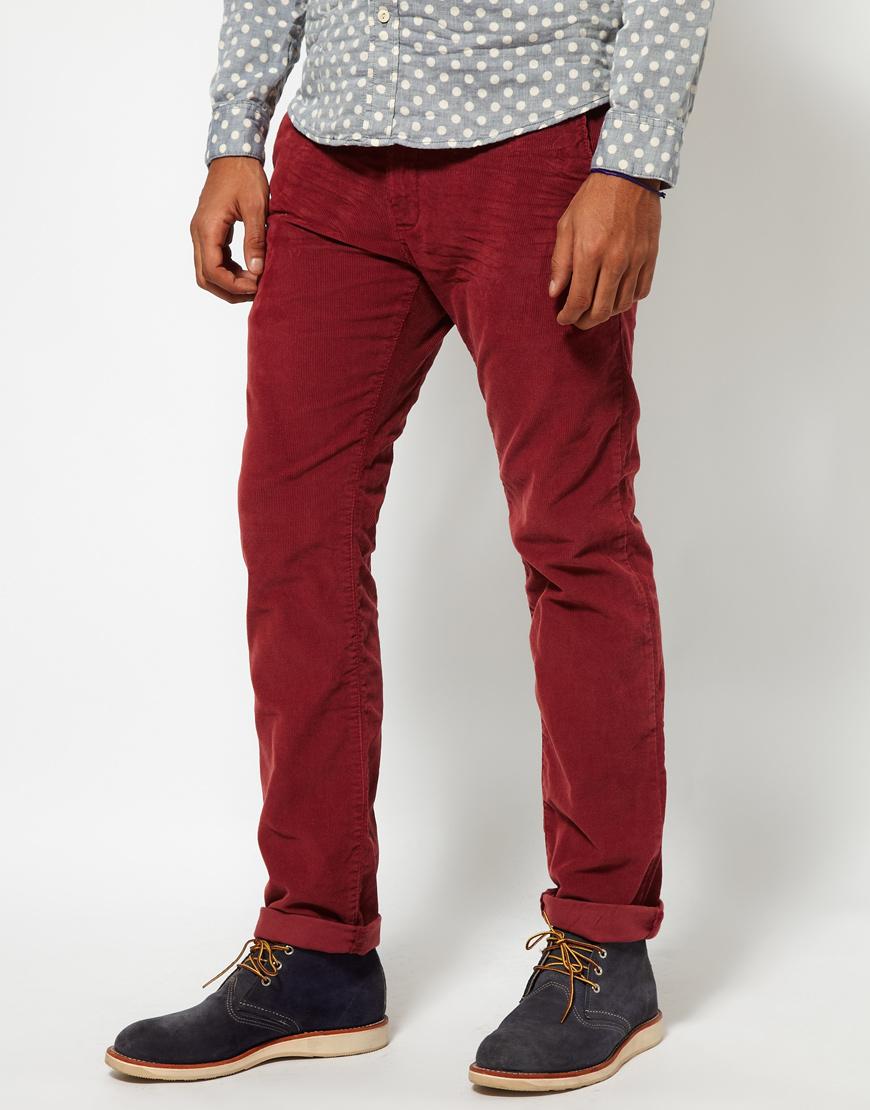 Мужчина в бордовых джинсах
