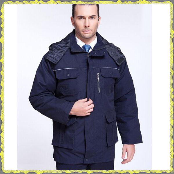 Мужчина в синей куртке