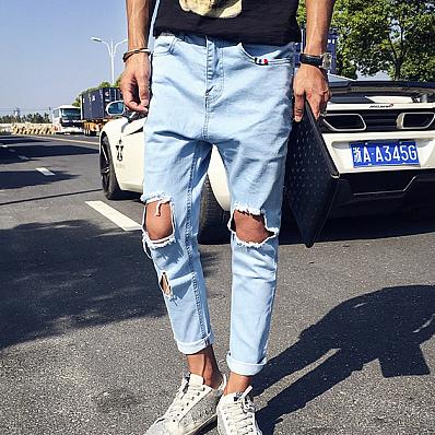 Мужские джинсы с дырками на коленях