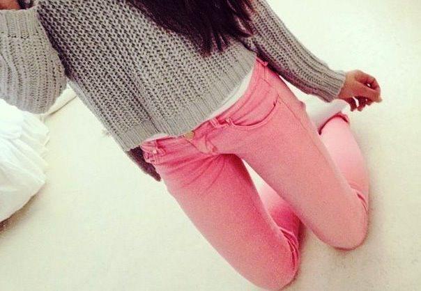 Розовые джинсы и нейтральный верх